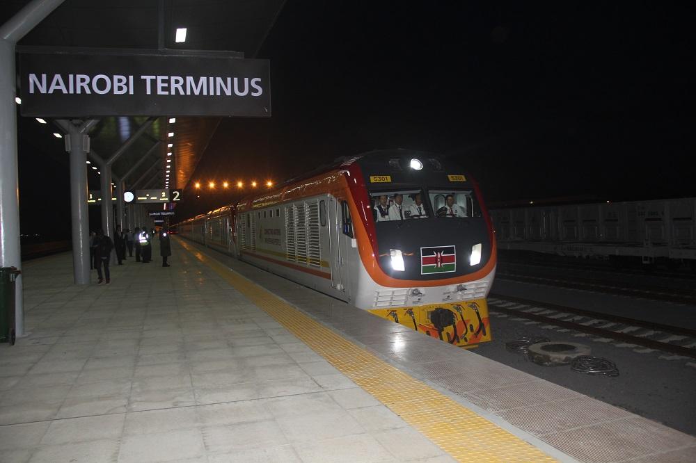 Madaraka Express making it's way to Nairobi a few minutes to 7pm.
